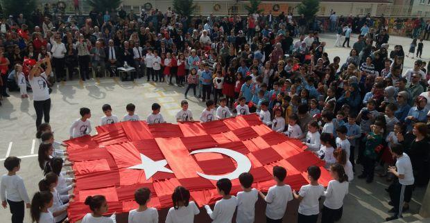 2-E sınıfı bayrak etkinliği alkış aldı