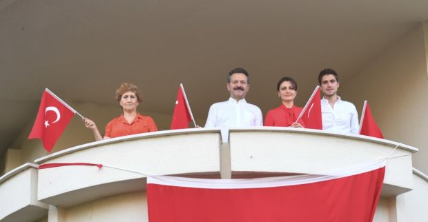 Aksoy Ailesi Evlerinin Balkonundan İstiklal Marşımızı