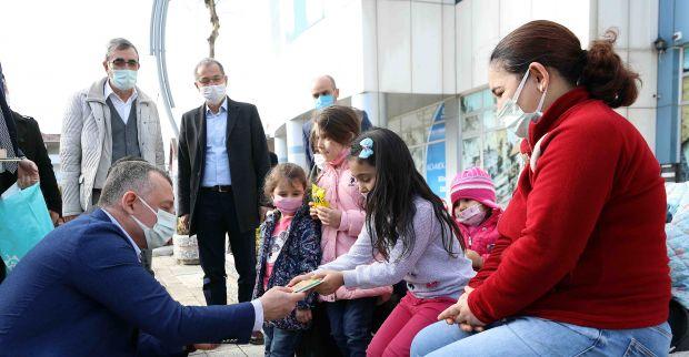 Başkan Büyükakın, Güvercinleri besledi, çocukları sevindirdi