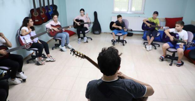Bilgievleri'ndeçocuklara gitar kursu