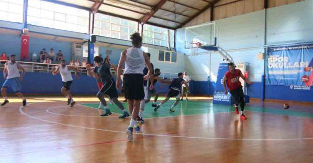 Büyükşehir Kağıtspor, İzmit 50. Yıl Spor Salonu'nda düzenlediği A takım deneme antrenmanıyla basketbolda alt yapı ve A takım hazırlıklarını başlattı.