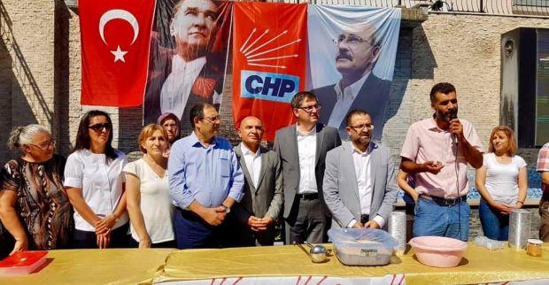 CHP'liler vatandaşa aşure dağıttı