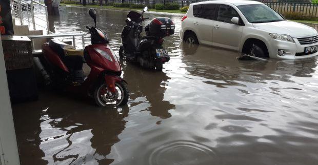 Derince'de araçlar sular altında kaldı