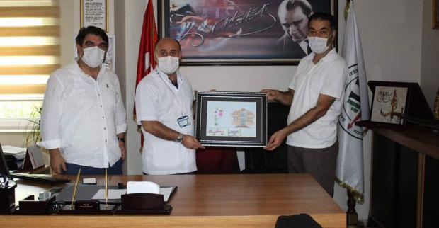 Eda KAVUKCI'nın yaptığı resimi Başhekim Şaşkın'a hediye etti