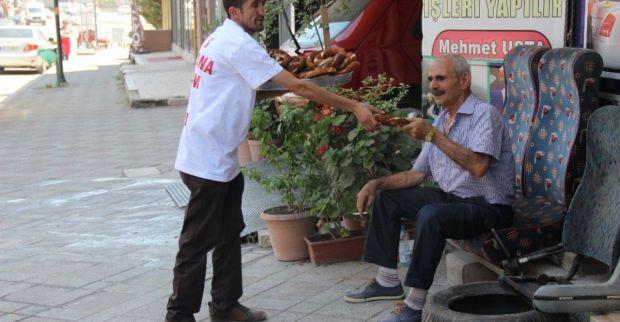 Erkan seçimi 2023 simit dağıtarak kutladı