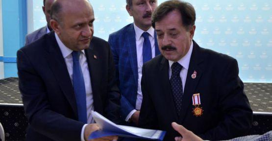 Gaziler Bakan Işık'a dosyayı teslim etti