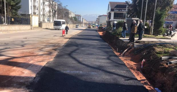Gölcük'te 22 metrelik alternatif yol asfaltlanıyor