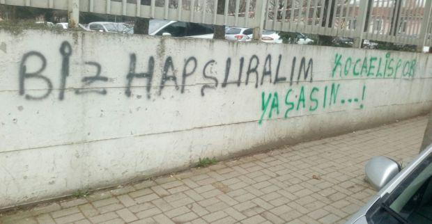 Hastane duvarını boydan boya yazmışlar
