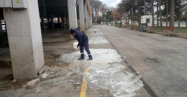 İzmit Belediyesi Doğu Kışla Pazar Alanını dezenfeke etti