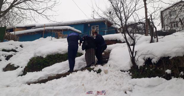 İzmit Belediyesi yaşlı kadını hastaneye yetiştirdi
