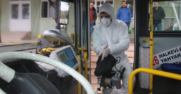 Karantina yurtları önündeki çöp konteynerleri  İzmit Belediyesince dezenfekte edildi