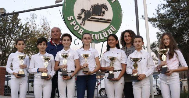 Kocaeli Atlı spor'un binicileri EQUIFUN  Engel Atlama Türkiye Liginde kupaları topladı