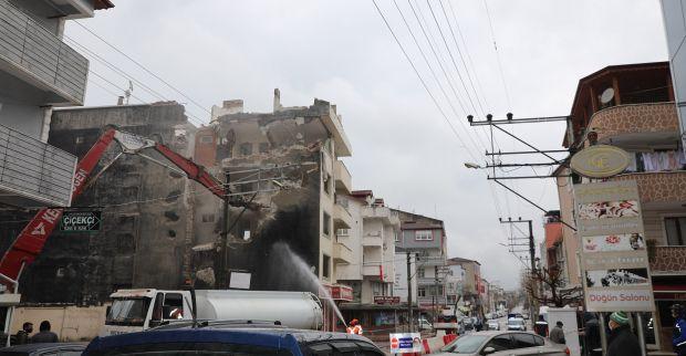 Körfez'de ağır hasarlı bina yıkıldı
