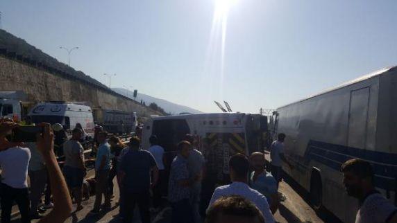 Körfez'de kamyon servis minibüsüne çarptı