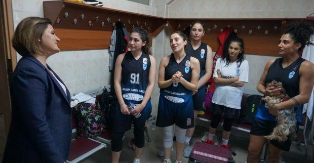 Samsunlu kadın basketçilerden Başkan Hürriyet'e büyük ilgi