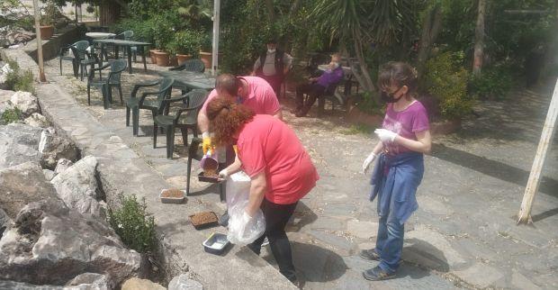 Sokak hayvanlarına mama ve su desteği