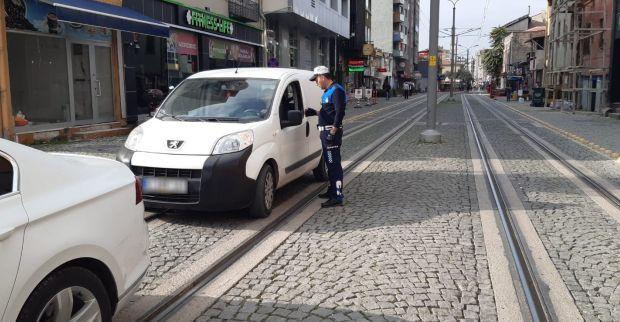 Tramvay yoluna park edilen araçlar çekiliyor