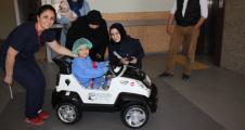 Çocuklar ameliyata akülü arabayla gidecek