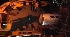 Freni boşalan araç evlerine arasına uçtu