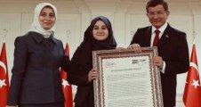 Eyşan Özecik ödülünü Başbakan'dan aldı
