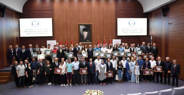 Vali Aksoy, ilimizde Türkiye 1.si olan öğrencilere teşekkür belgesi ve ödül verdi